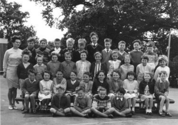 Mrs Burns Class - front 2 rows named Front L-R Mark,David W,David P,Robert,Peter,James,Russel,Graham M,Christopher; 2nd row L-R Susan B,Margaret,Gill,David P,Robert,Richard,Graham B,Gary,Angus,Susan M,Jane W | Friends Reunited
