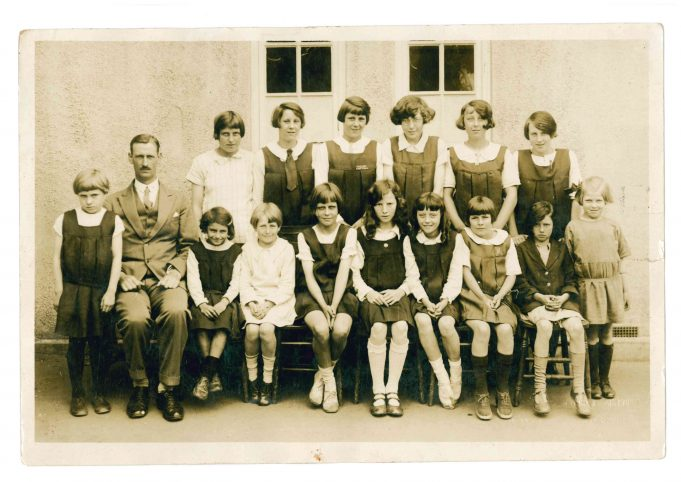 Class photo with Colonel Bransden.  Date unknown. | Thundersley Primary School