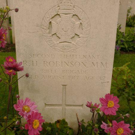 Grave of Ralph Hubert Robinson. M.M. | Ronnie Pigram.