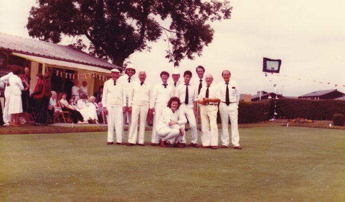 Benfleet Bowls Club. Knealing is Peggy Jeffs. 1st right is Ron Jeffs. | Denise Neale
