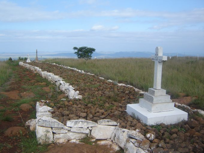 Section of British graves at the site of the Battle of Spion Kop. Many of the soldiers were buried in trenches where they died. | By kind permission of Renier Maritz. Its use is licensed under the Creative Commons Attribution Share Alike. 3.0 Unported.