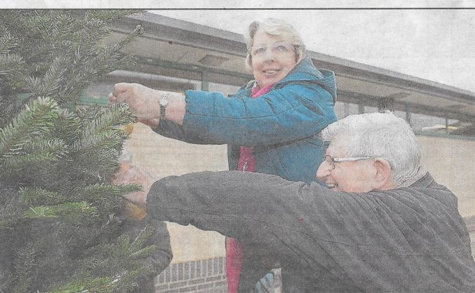 Janice Gray and Councillor Alf Partridge help decorate the Christmas tree. 2017 | Echo News